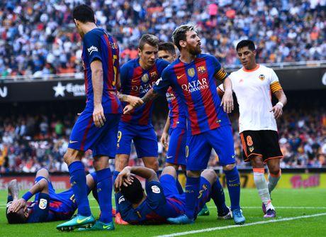Neymar trung di vat, Messi hung ho thach thuc fan - Anh 3