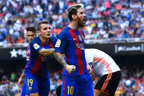 Neymar trung di vat, Messi hung ho thach thuc fan - Anh 4