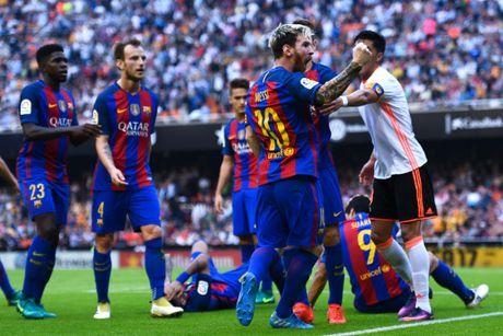 Neymar trung di vat, Messi hung ho thach thuc fan - Anh 5