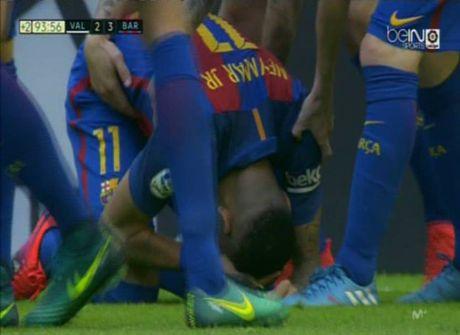 Neymar trung di vat, Messi hung ho thach thuc fan - Anh 6