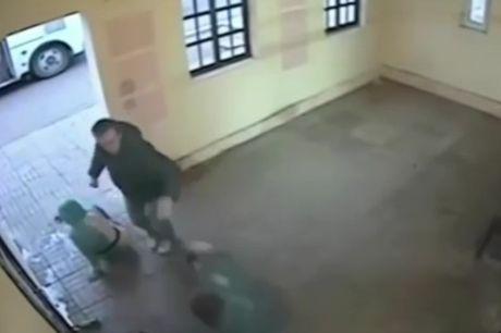 Chang trai tot bung dam vo mat con do hanh hung co gai Nga - Anh 1