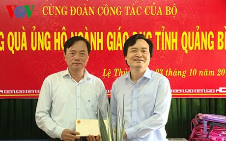 Bo truong Phung Xuan Nha tham, tang qua thay tro vung lu Quang Binh - Anh 1