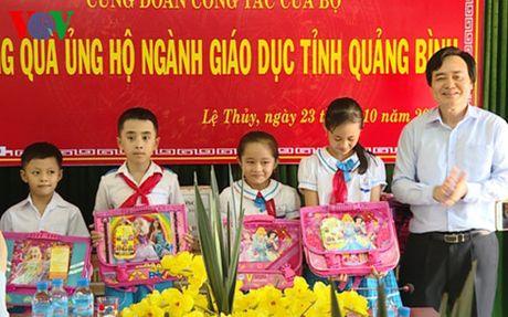 Bo truong Phung Xuan Nha tham, tang qua thay tro vung lu Quang Binh - Anh 2