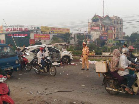 Loi ke nhan chung vu tau dam o to o Thuong Tin - Anh 1