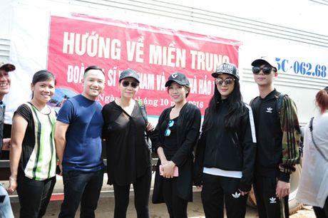 Thu Minh mang 700 trieu tien quyen gop den mien Trung - Anh 1