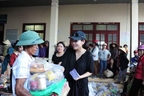 Thu Minh mang 700 trieu tien quyen gop den mien Trung - Anh 2