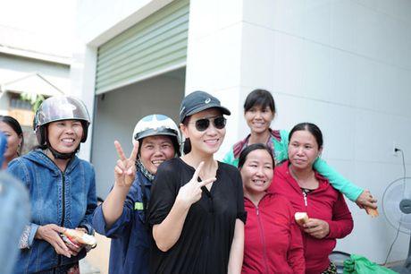 Thu Minh mang 700 trieu tien quyen gop den mien Trung - Anh 6