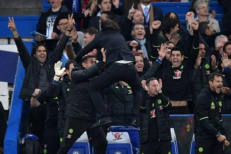 M.U thua sap mat, Mourinho tuc toi chui Conte - Anh 2