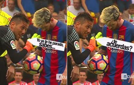 Thu thanh Valencia che gieu Messi truoc tinh huong da phat den - Anh 1