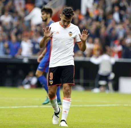 Cai tat vao mat ban lanh dao Barcelona - Anh 1