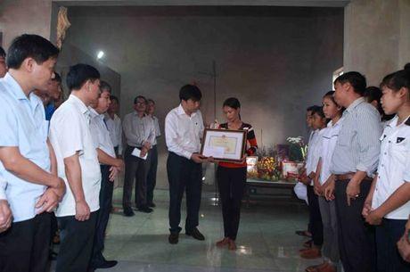 Bo GD&DT truy tang Bang khen cho nu sinh dung cam quen minh cuu nguoi - Anh 1