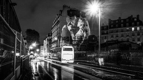 Nhung nu hon in dau tren cac buc tuong Paris don tim hang trieu nguoi - Anh 5