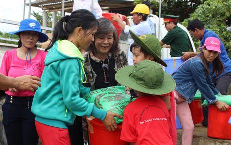 Gia dinh Dai tuong Vo Nguyen Giap cuu tro dong bao vung lu - Anh 1