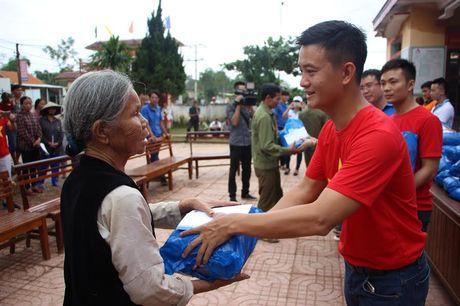 Mang yeu thuong, se chia den voi ba con vung lu Ha Tinh - Anh 1