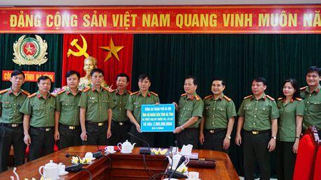 Nghia tinh cua Cong an Ha Noi voi ba con vung lu Ha Tinh ruot thit - Anh 1