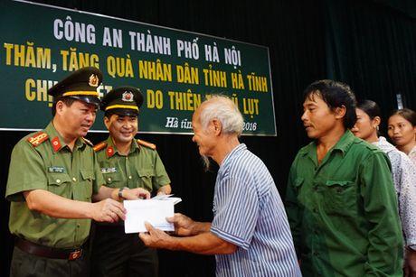 Nghia tinh cua Cong an Ha Noi voi ba con vung lu Ha Tinh ruot thit - Anh 3