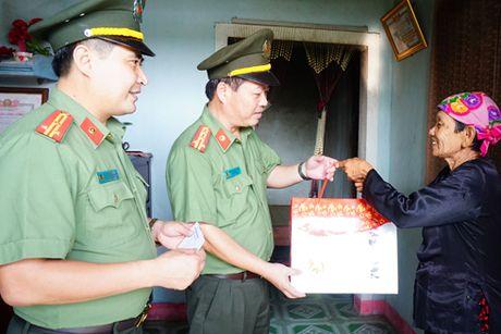 Cong an Ha Noi trao tang 2 ty dong cho ba con tai ron lu Quang Binh - Anh 1