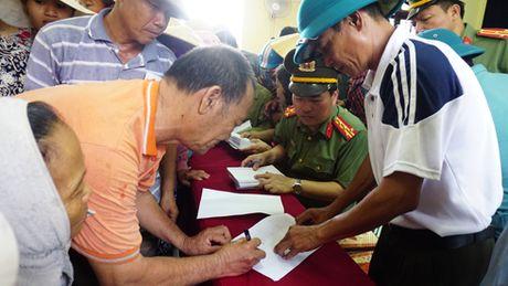 Cong an Ha Noi trao tang 2 ty dong cho ba con tai ron lu Quang Binh - Anh 2