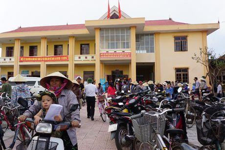 Cong an Ha Noi trao tang 2 ty dong cho ba con tai ron lu Quang Binh - Anh 3