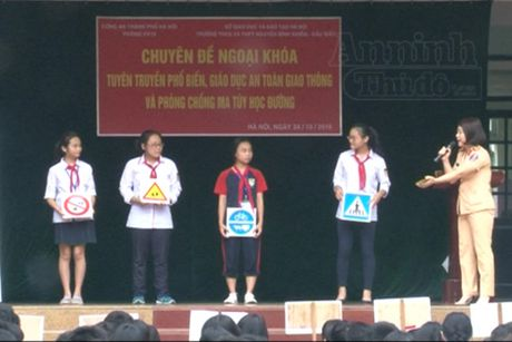 Nang cao kien thuc phap luat cho hoc sinh - Anh 1
