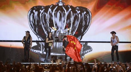 Scorpions khoac quoc ky Viet Nam khuay dong dem cuoi 'Gio mua' - Anh 1