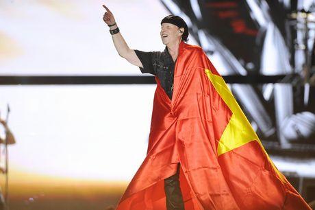 Scorpions khoac quoc ky Viet Nam khuay dong dem cuoi 'Gio mua' - Anh 3