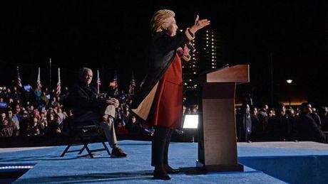Trong the 'cua tren', ba Clinton tuyen bo 'khong con quan tam toi Trump' - Anh 1