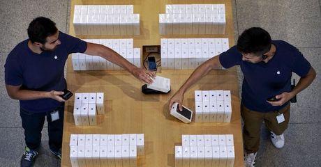 Cong nghe 24h: Ben trong iPhone chua mo hop toan da do nhan vien cua hang 'rut ruot' - Anh 1