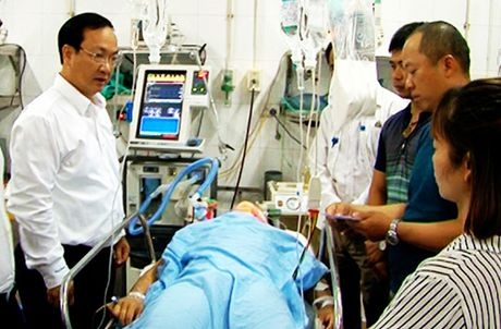Lanh dao TP tham hoi lai xe vu tai nan nghiem trong tai Thuong Tin - Anh 1