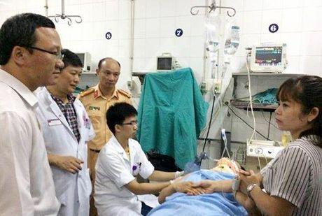 Lanh dao TP tham hoi lai xe vu tai nan nghiem trong tai Thuong Tin - Anh 2