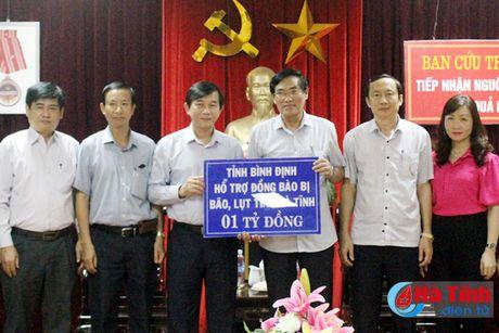 Tinh Binh Dinh trao 1 ty dong ung ho dong bao lu lut Ha Tinh - Anh 1