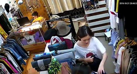 Dan canh mua hang de be trai trom iPhone trong shop quan ao - Anh 1