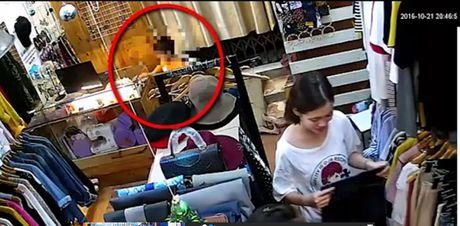 Dan canh mua hang de be trai trom iPhone trong shop quan ao - Anh 2