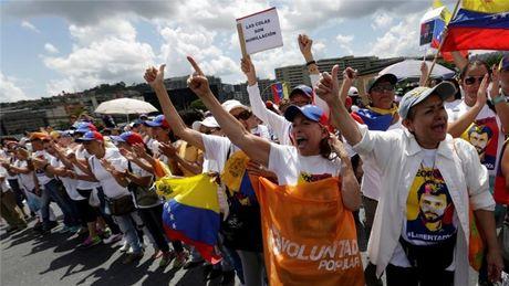 Quoc hoi Venezuela xo xat vi doi dua tong thong ra toa - Anh 1