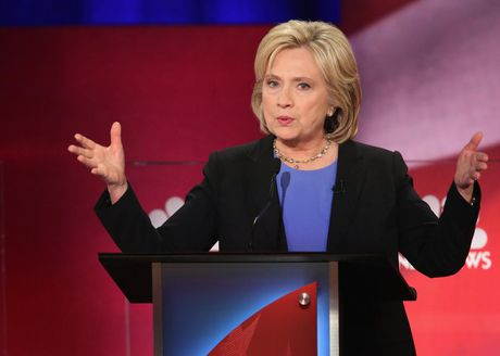 Ba Hillary Clinton tiep tuc noi rong khoang cach voi ong Donald Trump - Anh 1