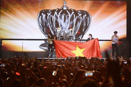 Ca si chinh cua Scorpions khoac co Viet Nam len san khau - Anh 2