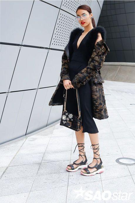 Boc gia trang phuc hang hieu 'chi dep' Lan Khue dien tai Seoul Fashion Week - Anh 1