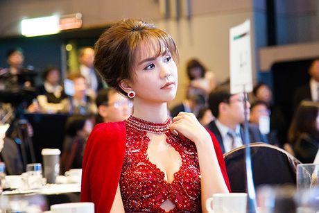 Tu hao nhan sac Viet, Ngoc Trinh toa sang long lay, lan at Hoa hau Han Quoc - Anh 9