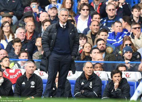 M.U thua 0-4, Mourinho 'an qua dang' ngay ve Stamford Bridge - Anh 1