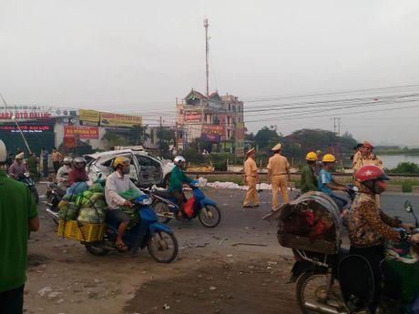 Ha Noi: Tai nan duong sat kinh hoang, it nhat 5 nguoi da chet - Anh 1