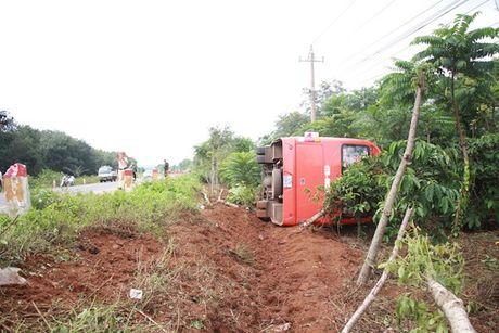 Dak Lak: 2 xe khach dam nhau tren duong Ho Chi Minh, 15 nguoi bi thuong - Anh 1