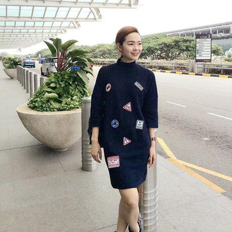 Minh Hang an gian tuoi voi vay ao dinh sticker - Anh 6