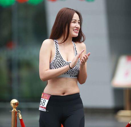 Mai Phuong Thuy bi nghi dung photoshop chinh vong eo qua da - Anh 1