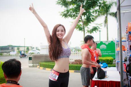 Mai Phuong Thuy bi nghi dung photoshop chinh vong eo qua da - Anh 2