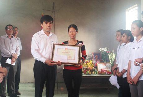 Truy tang bang khen cho nu sinh quen minh cuu 2 ban - Anh 1