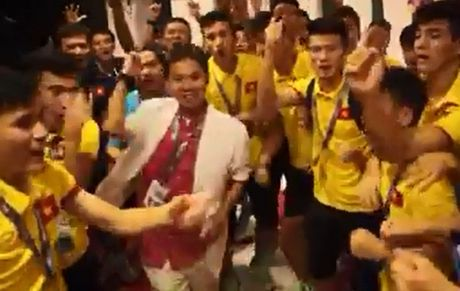 U19 Viet Nam cam on nguoi ham mo sau khi gianh ve World Cup - Anh 1