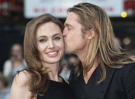 Angelina sap phat hanh tu truyen, ven man doi song hon nhan kho hieu cua 2 vo chong - Anh 1