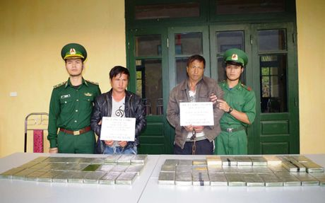 Hai nguoi Lao van chuyen 69 banh heroin bi bat o Thanh Hoa - Anh 1