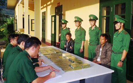 Hai nguoi Lao van chuyen 69 banh heroin bi bat o Thanh Hoa - Anh 2