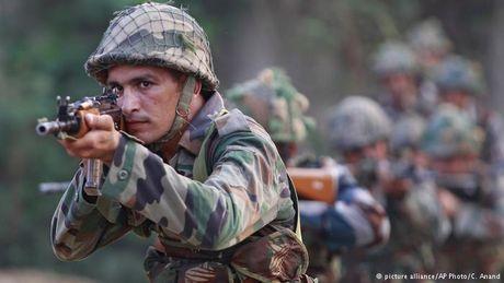 Cac tay sung tai Pakistan bat hon 200 hoc vien canh sat lam con tin - Anh 1